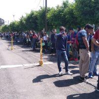 Jóvenes de la UMNSH hacen largas filas bajo el sol para recibir sus becas