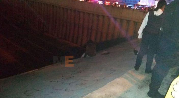 Evitan suicidio de una joven de 19 años en el puente de la salida a Charo, en Morelia, Michoacán