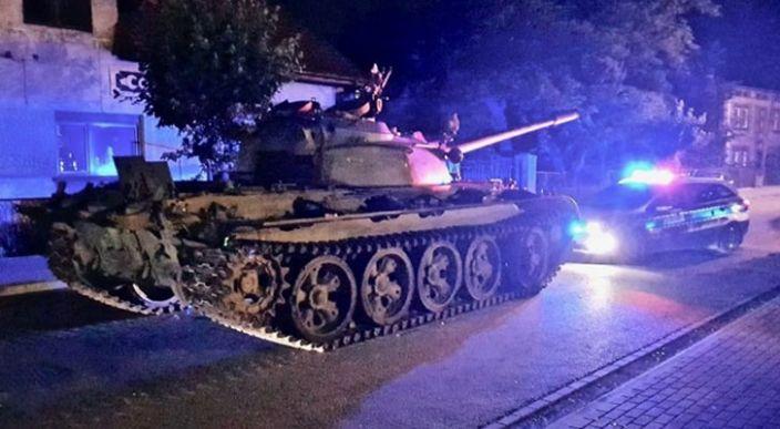 En Polonia, un hombre en estado de ebriedad se pasea en un tanque soviético