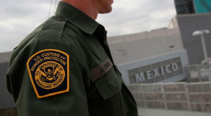 Agente fronterizo de EU se masturba frente a una mujer a cambio de darle noticias sobre hijo detenido