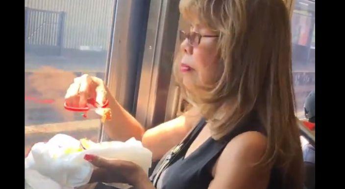 Mujer que come tacos con tijeras se hace viral en redes sociales (Video)