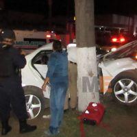 Cinco jóvenes lesionados al chocar su auto contra un árbol en Jacona, Michoacán