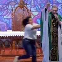Una mujer empujó a un sacerdote en plena celebración de una misa en Brasil (Video)
