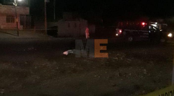 Menor muere al ser impactada la motocicleta en la que viajaban en Apatzingán, Michoacán
