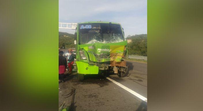 2 autobuses de pasajeros antorchistas chocaron en la Autopista de Occidente; hay 4 heridos