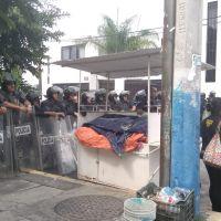 Elementos de la policía custodian IEM ante reunión de autoridades del estado y Nahuatzen
