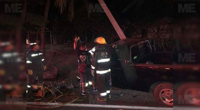 Dos hombres pierden la vida tras impactar contra poste