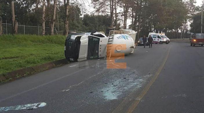 Chofer sobrevive a volcadura de pipa de gas en Uruapan, Michoacán