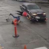 (Video) auto arrolla moto con mujer embarazada y niño a bordo