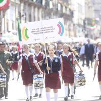 Gobierno de Michoacán usa alumnos en desfile para montar publicidad
