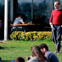 Crean un bastón inteligente que ayuda a los ciegos a evitar obstáculos (Video)