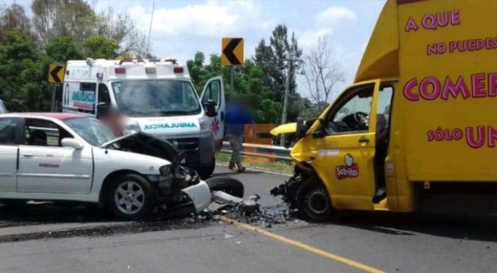 Choca taxi contra vehículo de Sabritas en la carretera Morelia-Zinapécuaro; hay un muerto