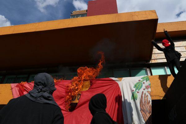 Encapuchados toman la bandera de México para destrozarla y quemarla (Video)