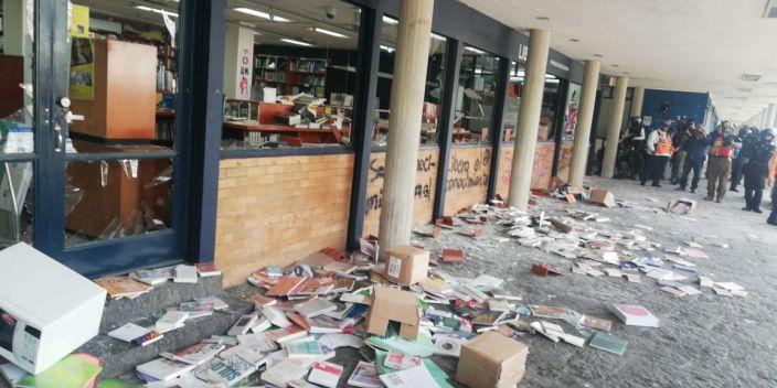 Estudiantes intentan rescatan libros destrozados por los encapuchados en la UNAM (Video)