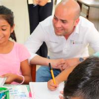 Entregan material de apoyo educativo en Lázaro Cárdenas, Michoacán