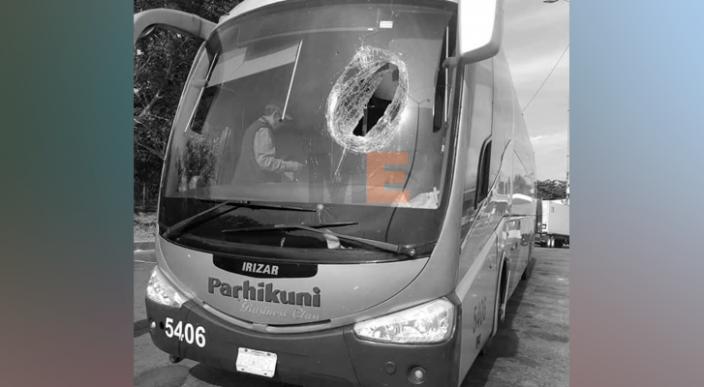 Crisis nerviosa sufren pasajeros de un autobús al ser golpeados por un trozo de madera