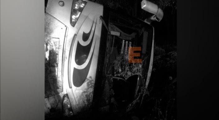 Varias personas terminan heridas en volcadura de autobús en Zacapu, Michoacán