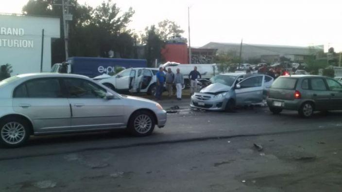 Aparatoso accidente se registra esta mañana en la salida a Salamanca de Morelia, Michoacán