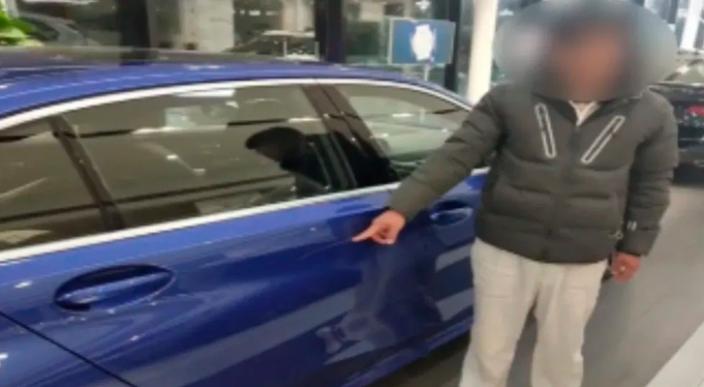 Entra a una agencia de carros raya uno para que su papá se lo compre
