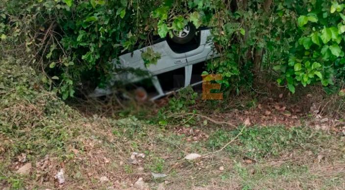 Hombre perece tras volcar el vehículo en el que iba en Lázaro Cárdenas, Michoacán