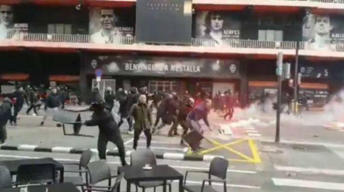 Video: Hinchas del Valencia y Barcelona se enfrentan