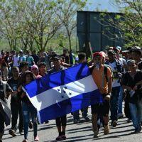 Migrantes centroamericanos intentaron cruzar hacia México a la fuerza