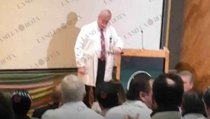 Con gritos y aplausos apoyan Médico acusado por corrupción (Video)