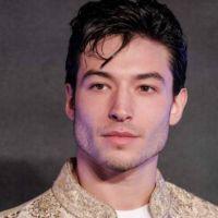 Ezra Miller atacó a una fan: en redes se burlan de el (Video)