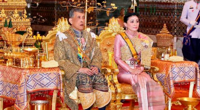Con 20 mujeres y en un hotel de lujo pasará la cuarentena el rey de Tailandia