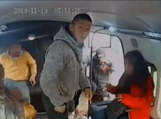 """""""No chille"""": ladrón le grita a niña mientras asaltaba una combi (Video)"""