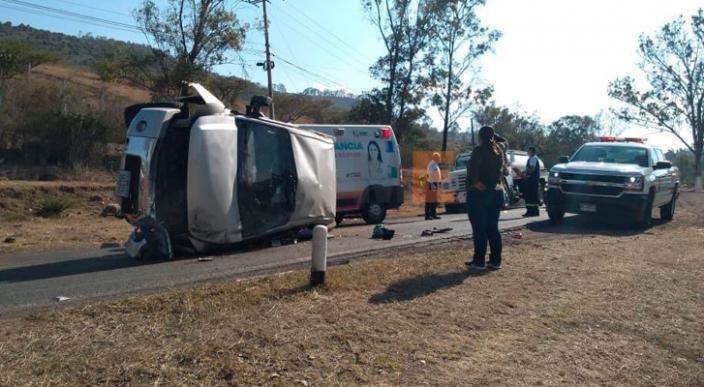 Chocan dos camionetas y hay una mujer lesionada en la carretera Morelia-Mil Cumbres