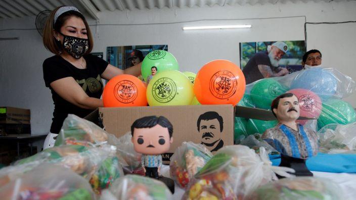 Regalan pelotas y dulces de 'El Chapo' en Jalisco