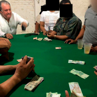 "Exhiben a Síndico de Lázaro Cárdenas apostando en ""mini casino, en plena contingencia sanitaria"