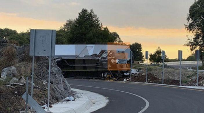Volcadura de camión de mudanza en la carretera Siglo XXI deja dos muertos