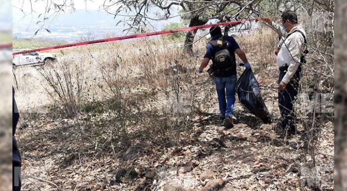 Encuentran dos cuerpos momificados entre piedras, en un predio de Jacona