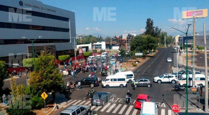 Normalistas protestan; defienden a compañeros detenidos, en Morelia