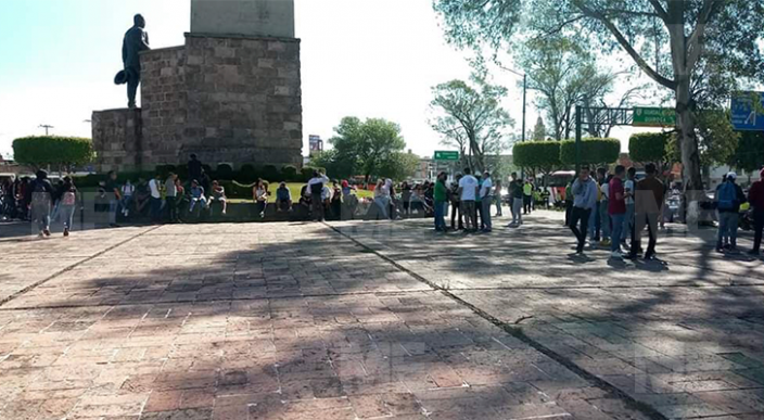 Normalistas marchan por avenida principal de Morelia