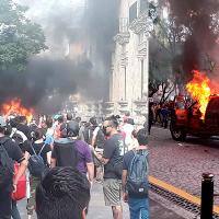 Jóvenes manifestantes se enfrentan a policías en Palacio de Gobierno de Guadalajara (Video)