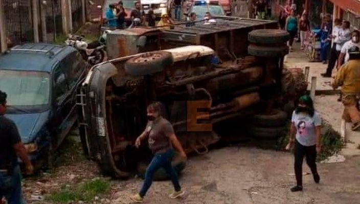 Se vuelca camión de basura en San Pedro Uruapan, Michoacán