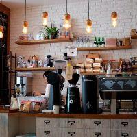Dueño de cafetería impide el acceso a políticos que no se bajen el sueldo
