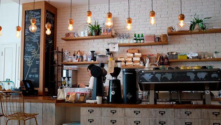 """""""Dinosaurio"""" Atiende cafetería en el centro de SLP, buscan aumentar las ventas"""