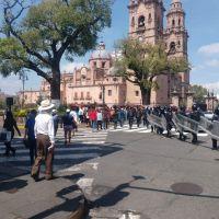 Caos en Morelia por manifestaciones; normalistas se enfrentan con policías en Centro Histórico