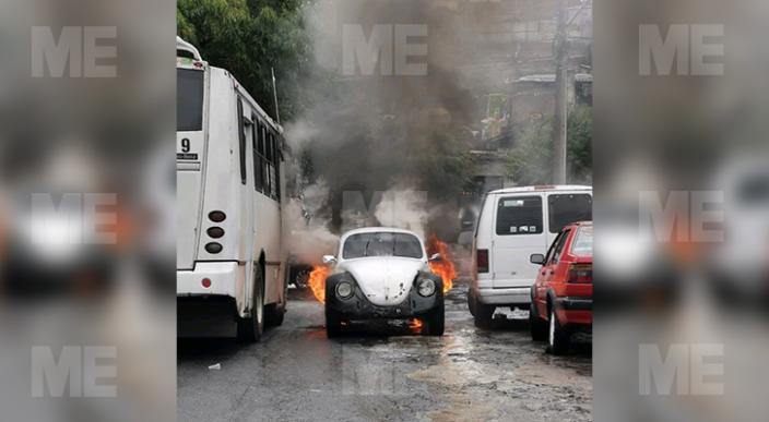 Arde vocho en la colonia Felipe Carrillo Puerto, Morelia