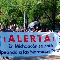 Normalistas marchan del libramiento al centro de Morelia