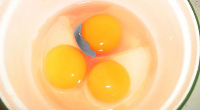 Manchas rojas en huevo de gallina; mira que son