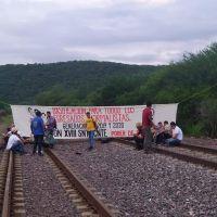 Vuelven normalistas michoacanos a las vías del tren