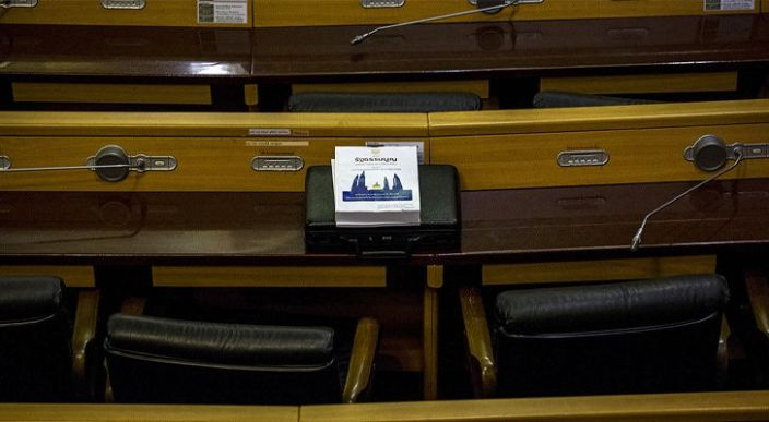 Sorprenden a un parlamentario tailandés viendo pornografía en plena reunión