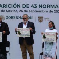 """""""No es posible que los delincuentes sean más poderosos que usted"""", dice madre de normalista desaparecido de Ayotzinapa a presidente Andrés Manuel López"""
