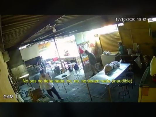 Empleado dispara contra extorsionador en pleno negocio (video)