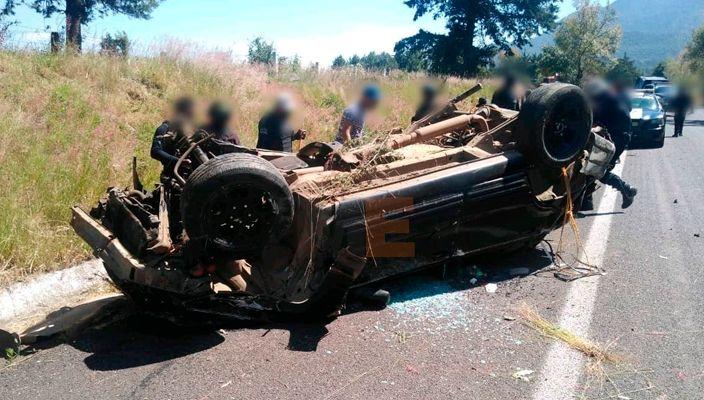 Hombre se accidenta volcando su camioneta en la carretera Pátzcuaro-Morelia